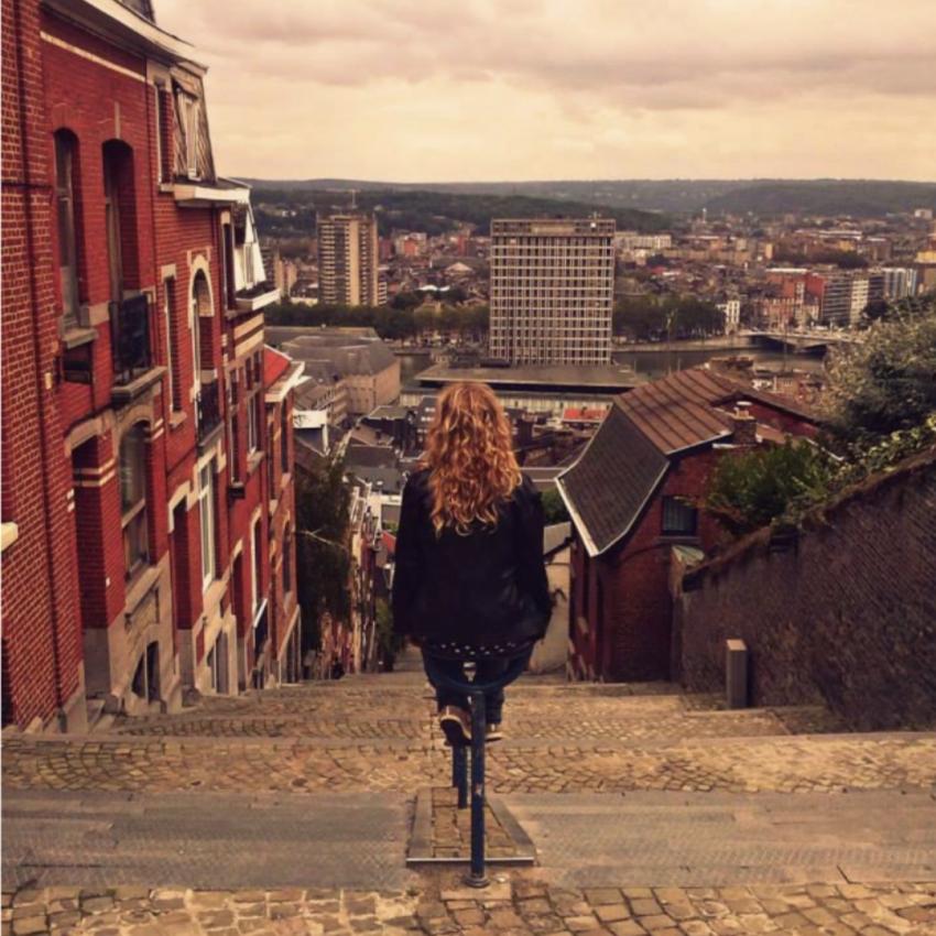 Tüdruk jalgrattal